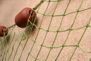Сетка декоративная из полиамидной веревки диамерт 2,5 мм, ячея 50 мм, окантованная джутовым кантом диметр 10 мм с каучуковыми поплавками